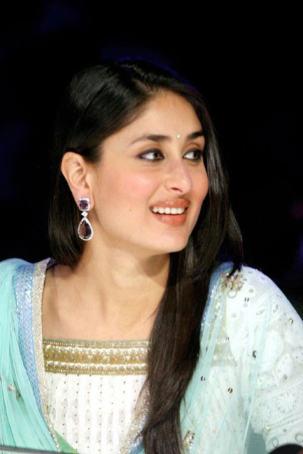 Bollywood Mega Actress Kareena Kapoor Smilng wallpaper